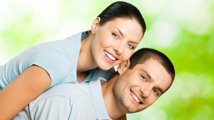 Junges, glückliches Paar: Er trägt Sie auf dem Rücken