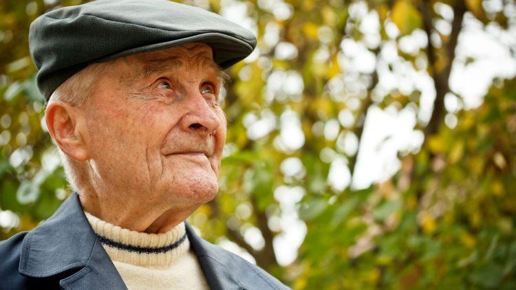Älterer rüstiger Herr im Freien