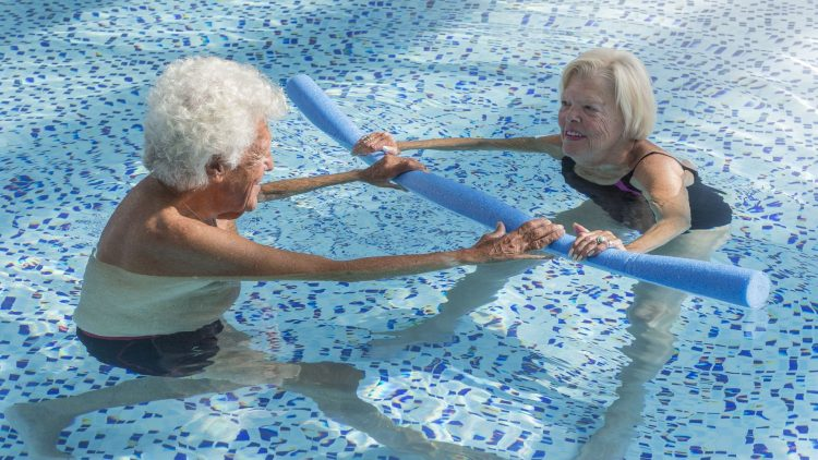 Älters Paar im Schwimmbecken beim Sport