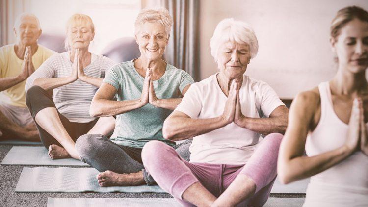 Zwei sitzende ältere Frauen beim Yoga