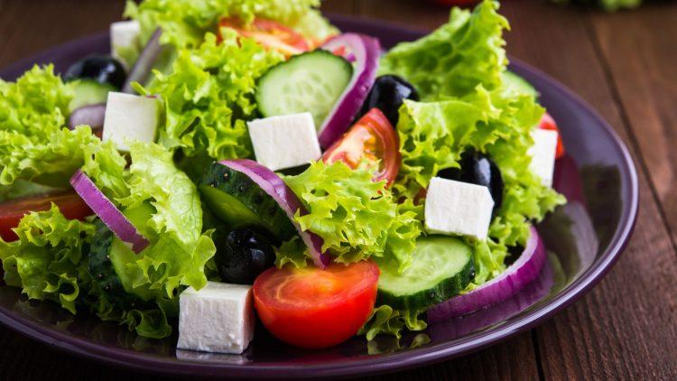 Gemischter Salat auf Teller