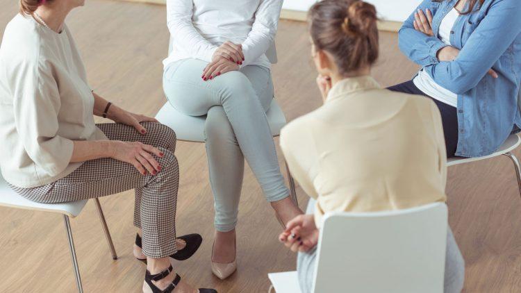 Vier im Kreis sitzende Frauen