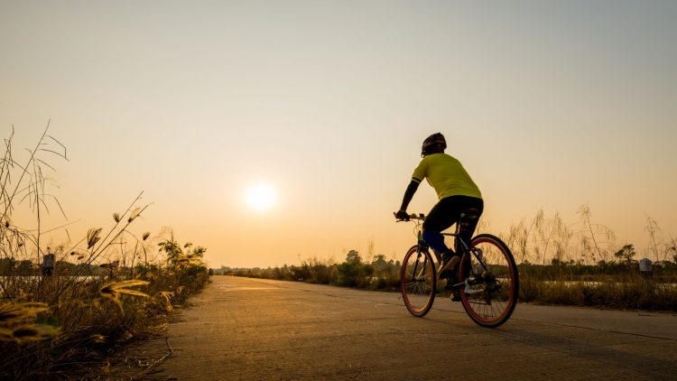 Fahrradfahrer bei Sonnenuntergang