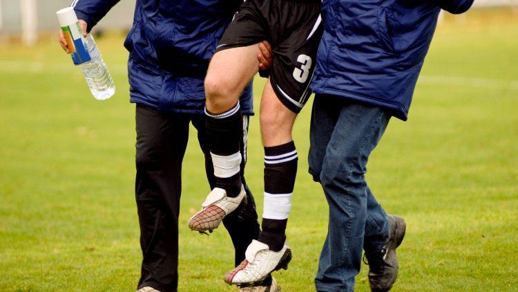 Verletzter Fußballer wird vom Platz getragen