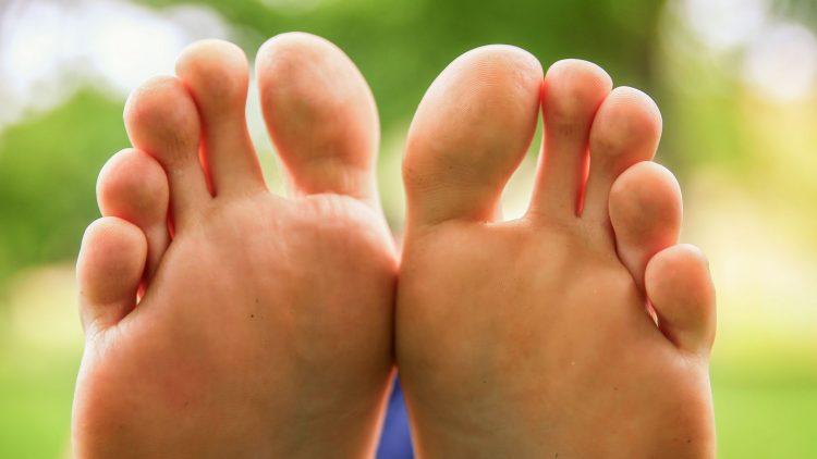 Zwei nackte Fußsohlen