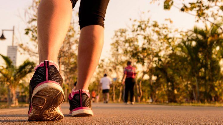 Jogger laufen auf einer Straße