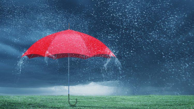 Roter Regenschirm im Regen