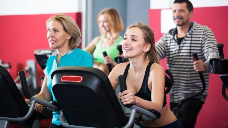Menschen an Fitnessgeräten
