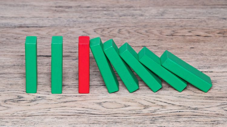 Dominosteine auf einer Holzplatte
