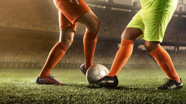 Zwei Männer spielen Fußball