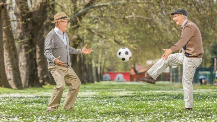 Ältere Männer spielen Fußball