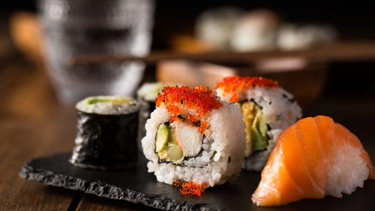 Sushi auf einer schwarzen Platte