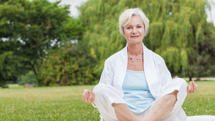Ältere Frau im Lotussitz