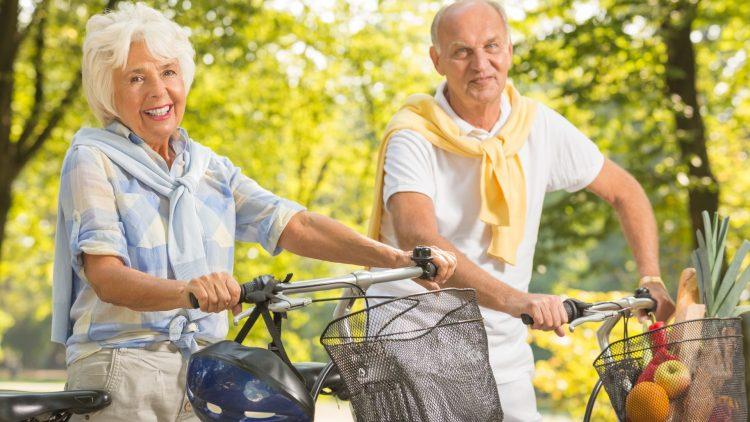 Ein älters Paar fährt Fahrrad