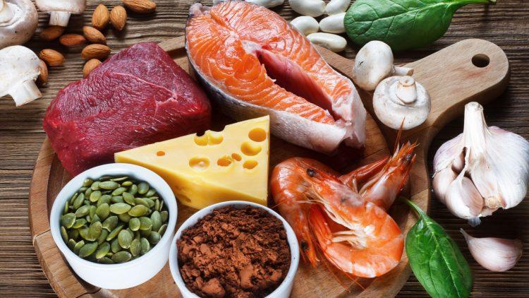 Fleisch, Fisch, Garnelen, Käse und Bohnen auf Holzplatte