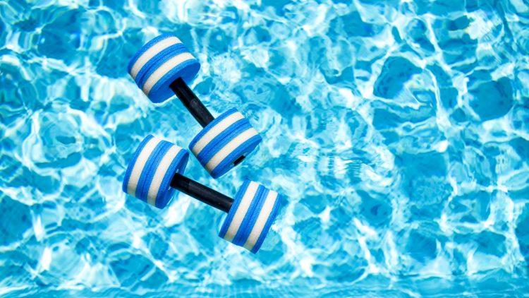 Schwimmhilfen in einem Pool