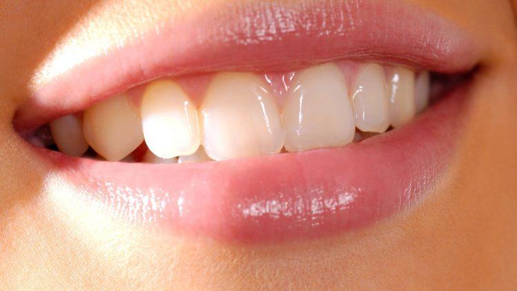 Offener Mund mit weißen Zähnen