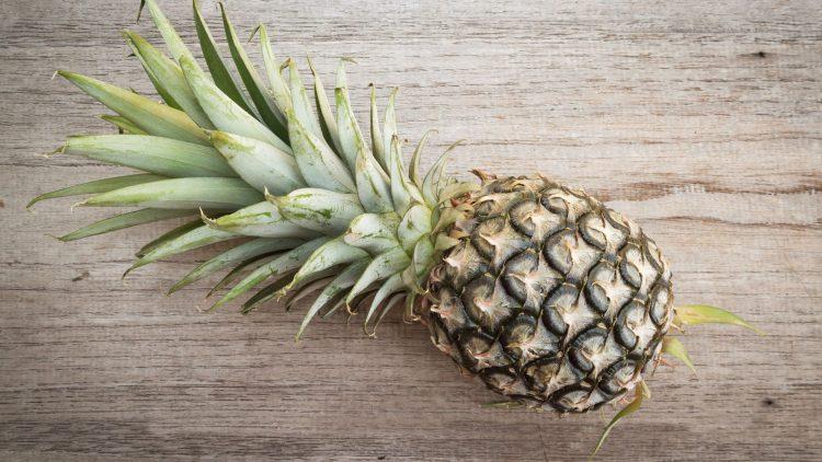 Ananas auf einer Holzplatte