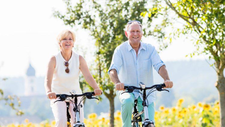 Älters Paar beim Fahrradfahren