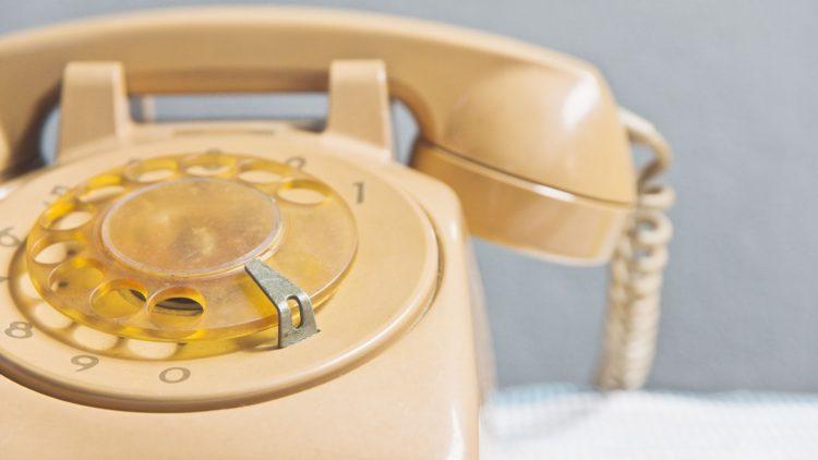 Telefon auf einem Tisch