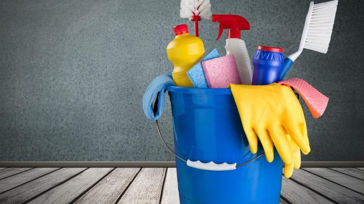 Plastikeimer mit Putzmittel, Schwamm und Bürste