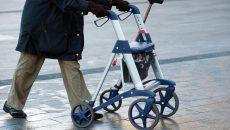 Ältere Mensch schiebt einen Rollator