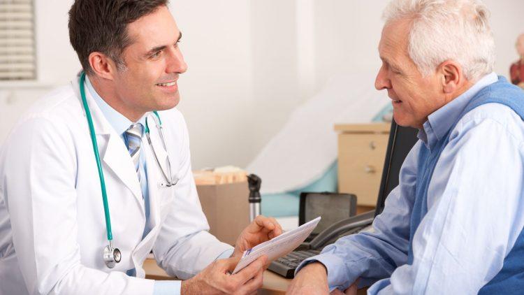 Arzt und Patient sitzend im Gespräch