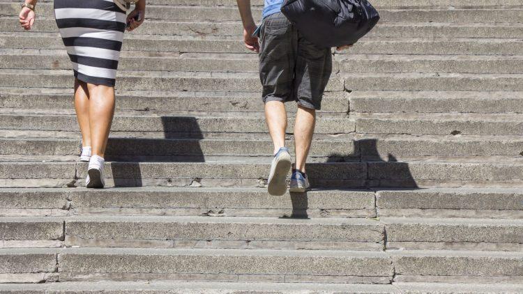 Zwei Menschen steigen eine Freitreppe hoch