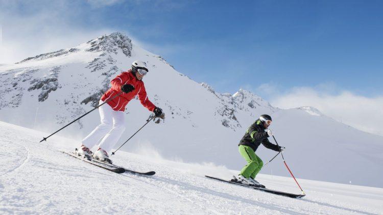 Zwei Menschen beim Skifahren