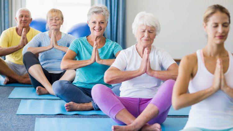 Drei ältere Frauen beim Yoga