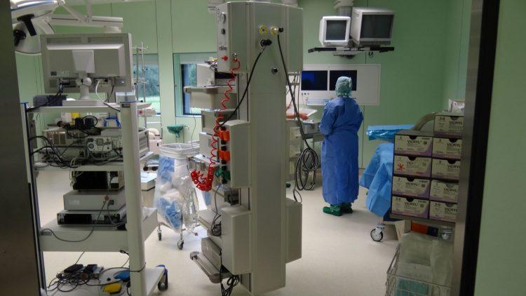 Operationssaal mit Geräten
