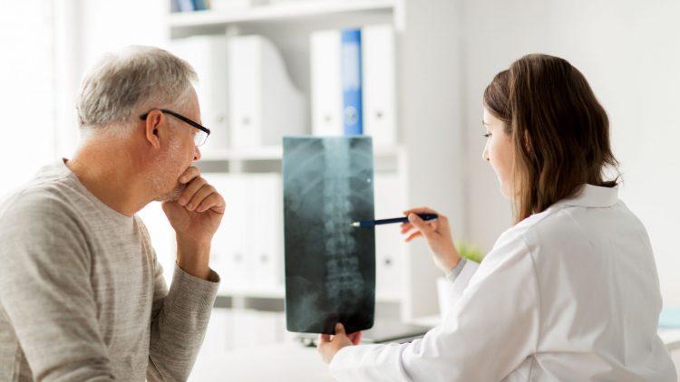 Arzt und Patient betrachten eine Röntgenaufnahme