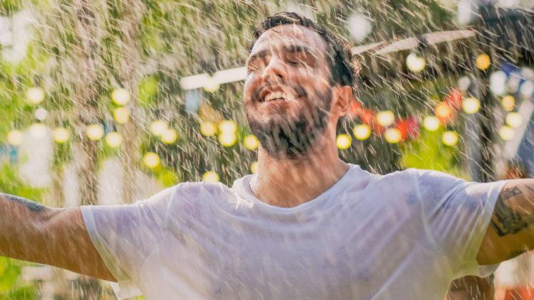 Mann im kalten Regen